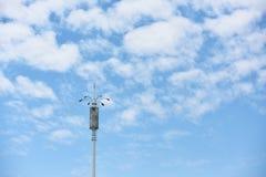 Lampada con le nuvole ed il cielo blu bianchi Immagini Stock Libere da Diritti