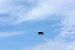 Lampada con le nuvole ed il cielo blu bianchi Fotografia Stock