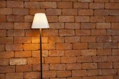 Lampada contro il muro di mattoni Fotografia Stock Libera da Diritti