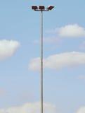 Lampada d'acciaio alta nel parco su cielo blu nel fondo La luce dello stadio, macchia il palo leggero Fotografia Stock Libera da Diritti