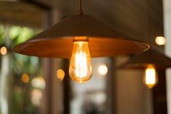 Lampada d'annata che pende dal soffitto Fotografia Stock