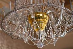 Lampada d'annata di cristallo di stupore del palazzo con il centro dorato immagine stock