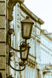 Lampada da parete all'aperto con costruzione nel fondo Immagini Stock