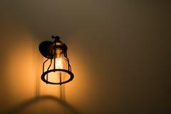 Lampada da parete sulla parete del cemento Fotografia Stock