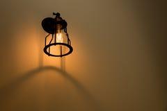 Lampada da parete sulla parete del cemento Fotografia Stock Libera da Diritti