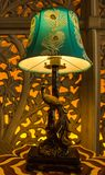 Lampada da tavolo del pavone con arte della parete del lavoro tagliato retroilluminata nei precedenti immagine stock