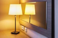 Lampada da tavolo nella stanza o nella camera di albergo sui precedenti Fotografia Stock