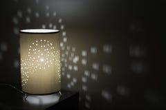 Lampada da tavolo sul gabinetto del lato del letto Immagine Stock