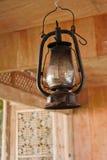 Lampada del petrolio in vecchia casa di legno Fotografie Stock