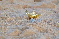 Lampada del ` s di Aladdin nella sabbia Fotografia Stock