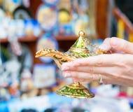 Lampada del ` s di Aladdin nelle mani di una ragazza Fotografia Stock