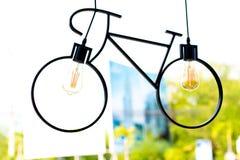 Lampada del soffitto Lampada fatta sotto forma di una bicicletta immagini stock