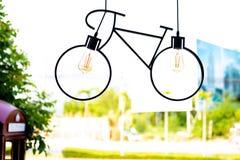 Lampada del soffitto Lampada fatta sotto forma di una bicicletta fotografie stock