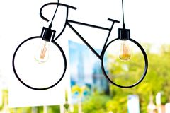 Lampada del soffitto Lampada fatta sotto forma di una bicicletta fotografia stock libera da diritti