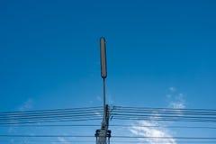 Lampada dell'iluminazione pubblica con il palo di potere ad alta tensione e cavi aggrovigliati Fotografie Stock
