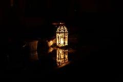 Lampada della candela nello scuro Riflessione sul vetro Fotografia Stock
