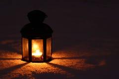 Lampada della candela in neve immagini stock