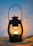 Lampada della luce di natale nel vecchio interno della parete Fotografie Stock Libere da Diritti