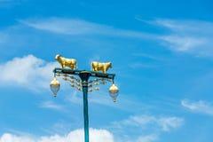 Lampada della mucca della via con cielo blu Immagini Stock Libere da Diritti