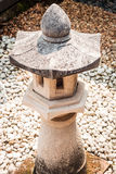 Lampada della roccia del padiglione nel giardino di zen Fotografie Stock