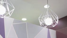 Lampada di alta tecnologia e di modo nello stile moderno Lampada calda della lampadina di tono Lampade in caffetteria ed in bouti Fotografie Stock Libere da Diritti