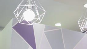 Lampada di alta tecnologia e di modo nello stile moderno Lampada calda della lampadina di tono Lampade in caffetteria ed in bouti Fotografia Stock