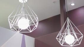 Lampada di alta tecnologia e di modo nello stile moderno Lampada calda della lampadina di tono Lampade in caffetteria ed in bouti Fotografie Stock