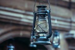 Lampada di cherosene che appende sulla via Fotografia Stock