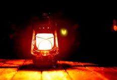 Lampada di cherosene per una grande sera nel giardino fotografia stock