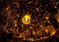 Lampada di galleggiamento della gente tailandese Immagine Stock