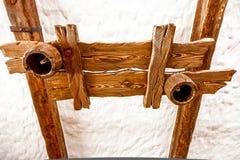 Lampada di legno che appende sul soffitto bianco Fotografie Stock