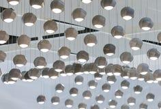 Lampada di pendente concreta Soffitto punteggiato con molte luci concrete del pendente immagine stock libera da diritti