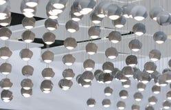 Lampada di pendente concreta Soffitto punteggiato con molte piccole luci concrete fotografia stock