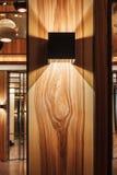 Lampada di progettazione su una parete di legno Fotografia Stock