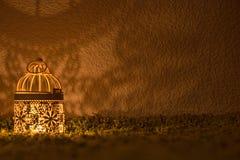 Lampada di scrittorio che splende su una parete scura Immagini Stock