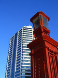 Lampada di vetro bianca di colore rosso della costruzione Fotografia Stock