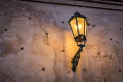 Lampada di via accesa a Praga dal lato di una parete modellata piacevole Fotografia Stock Libera da Diritti