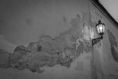 Lampada di via accesa a Praga dal lato di una parete modellata piacevole Immagine Stock Libera da Diritti