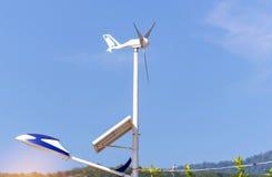 Lampada di via alimentata dal pannello solare con il piccolo generatore eolico Fotografia Stock Libera da Diritti