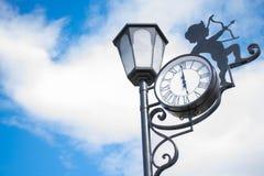 Lampada di via di amore con un orologio immagini stock