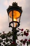 Lampada di via antiquata nella sera Fotografia Stock