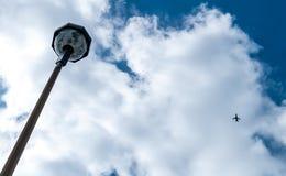 Lampada di via astratta con cielo blu e l'aeroplano Fotografia Stock Libera da Diritti