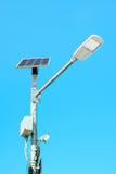 Lampada di via autoalimentata solare sulla priorità bassa del cielo blu Fotografia Stock Libera da Diritti