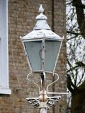 Lampada di via bianca antica fuori della casa immagini stock