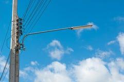 Lampada di via con cielo blu Fotografia Stock Libera da Diritti