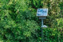 Lampada di via con la batteria solare in parco immagine stock libera da diritti