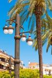 Lampada di via contro il cielo blu, in Sitges, Barcellona, Catalunya, Spagna Copi lo spazio per testo Isolato su fondo blu Immagine Stock Libera da Diritti