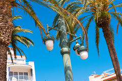 Lampada di via contro il cielo blu, in Sitges, Barcellona, Catalunya, Spagna Copi lo spazio per testo Isolato su fondo blu Fotografia Stock Libera da Diritti