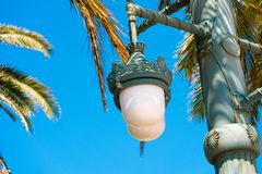 Lampada di via contro il cielo blu, in Sitges, Barcellona, Catalunya, Spagna Copi lo spazio per testo Isolato su fondo blu Immagini Stock Libere da Diritti
