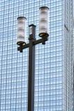 Lampada di via contro la facciata di un grattacielo moderno Fotografia Stock